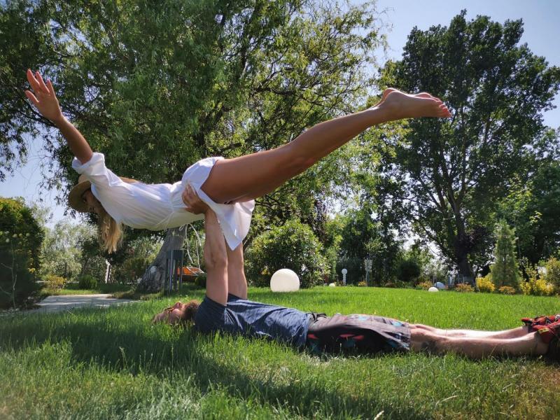 Are mușchi și un corp bine lucrat! Dar stai sa vezi cum se antrenează Dani Oțil! Gabriela este cea care îl ajută! | Video