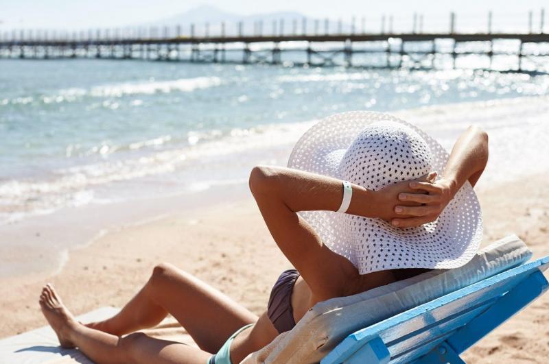 Te poți infecta cu noul coronavirus de la nisipul de pe plajă sau din apa mării? Ce spun cercetătorii