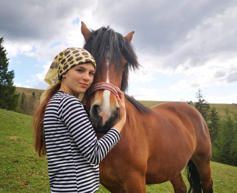 Mihaela, fruntașă-n satul ei, a devenit un influencer pentru tineri în vremurile de #statacasă