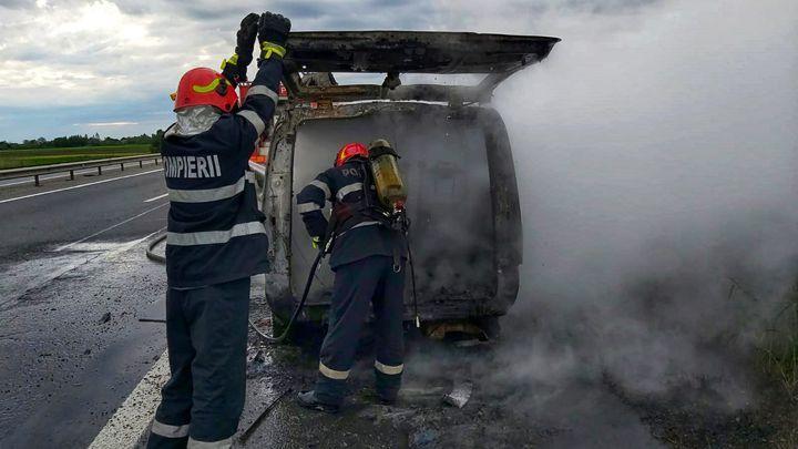 Microbuz cu oameni, în flăcări pe Autostrada București-Pitești. Totul ar fi pornit de la un scurtcircuit