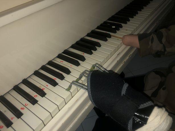 """Nu are mâini, dar cântă la pian, la 14 ani! """"Un psihoterapeut mi-a spus că e imposibil, dar eu nu m-am lăsat!"""" - VIDEO"""
