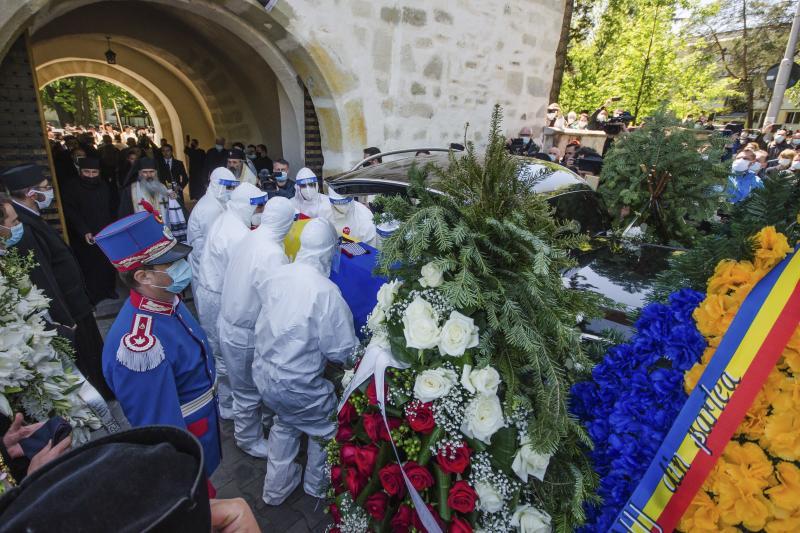ÎPS Pimen, condus pe ultimul drum de O MIE de oameni, în ciuda regulilor impuse la înmormântări. Credincioșii, cu mască sau fără, au stat laolaltă