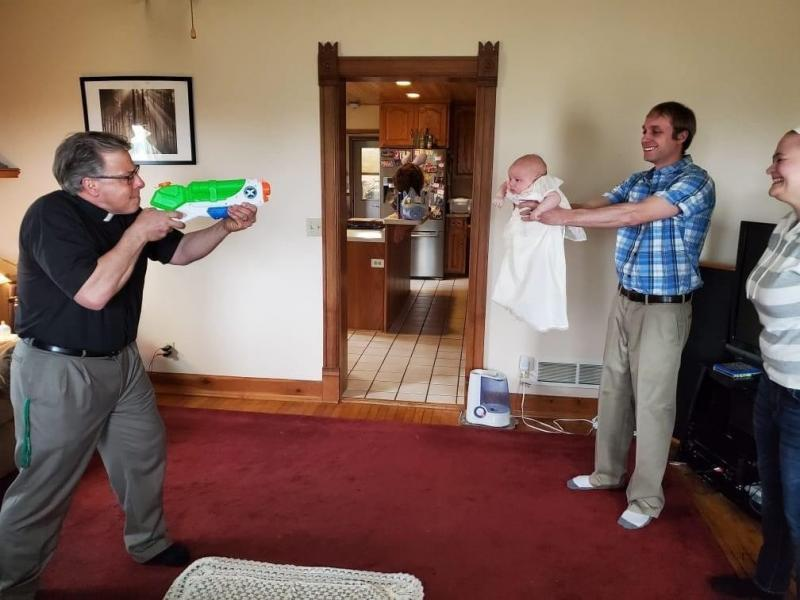 """Cum a fost botezat un bebeluș, în plină pandemie! Familia habar n-avea cum """"modificase"""" preotul slujba: """"Eram lângă cristelniță când a scos....un pistol!""""- FOTO"""