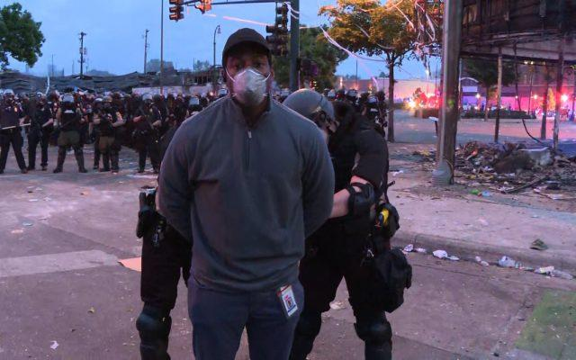 FOTO | Jurnaliștii CNN arestați în direct de poliția din Minnesota. Relatau protestele oamenilor  izbucnite în urma uciderii unui afro-american de către un polițist alb. L-a apăsat cu genunghiul pe gât până a murit