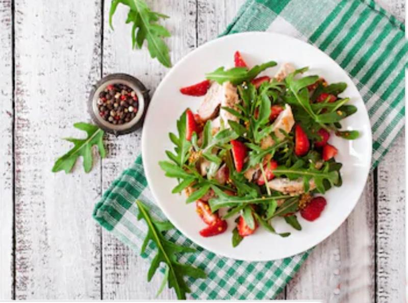 Trei rețete simple de salată cu căpșuni pentru porția zilnică de gust bun și vitamine