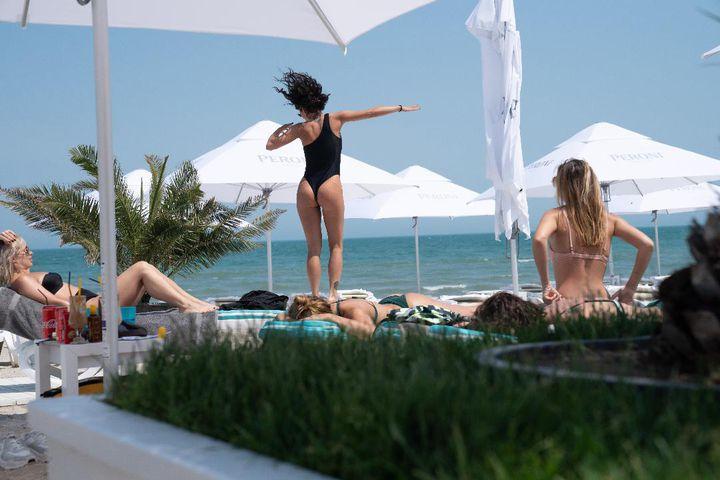 INCENDIAR! Inna îşi arată formele sexy la plaja în cel mai HOT costum de baie | FOTO