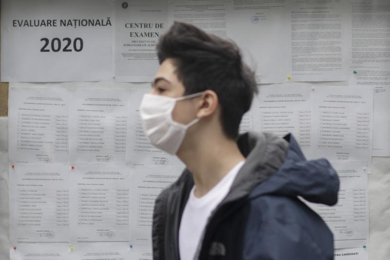 FOTO: Elevii, cu măști la Evaluarea Națională 2020. Cât de grele au fost subiectele care au picat la Limba Română