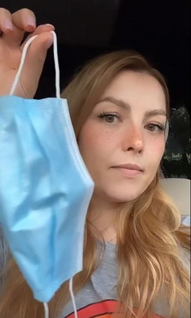 """Elena Gheorghe are fața iritată de la masca de protecție: """"Nu e de joacă! Asta e masca care mi-a făcut probleme!"""" Artista s-a filmat pe Instagram"""