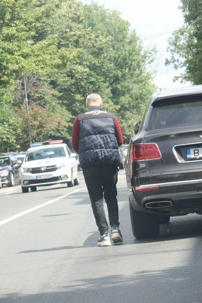 Gest fabulos! Gigi Becali i-a întins unui nevoiaș două bancnote. Bietul om a rămas mut când a văzut cât a primit! | FOTO