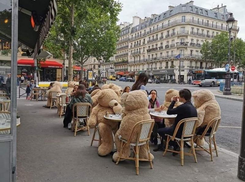 FOTO   Așa arată distanțarea socială la terasele din Paris. Imaginile au devenit virale pe internet