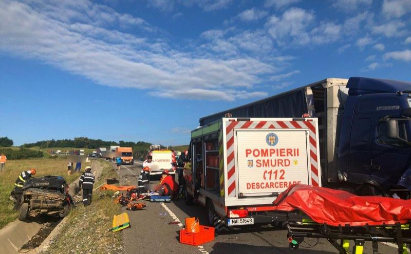 Trei oameni au murit pe loc, la Cluj. Pompierii au scos cadavrele cu greu dintre fiarele mașinii strivite de un TIR - Imagini cu impact emoțional