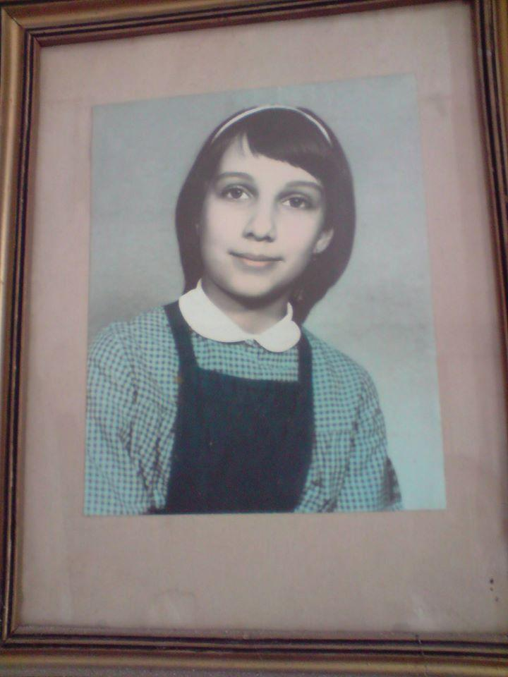 Cum arăta Carmen Iohannis în copilărie! Soția președintelui, în uniformă școlară și cordeluță pe cap! | FOTO
