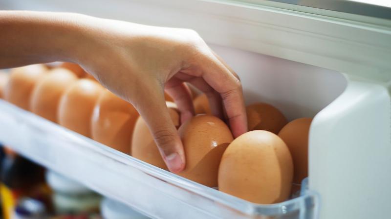 De ce e greșit să ții ouăle pe ușa frigiderului! Avertismentul dat de medici