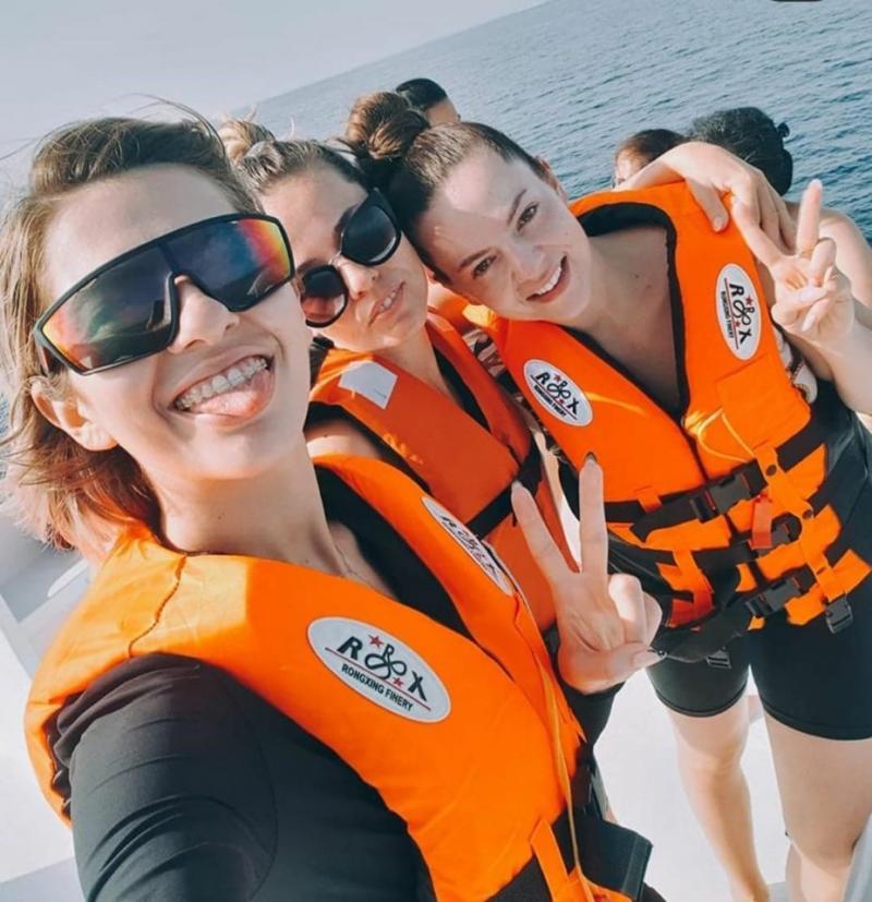 Cum arată surorile Lidiei Buble! Tinerele s-au fotografiat împreună pe plajă!  Foto