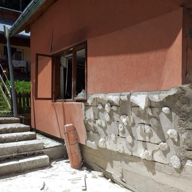 FOTO | Explozie la Mănăstirea Sihăstria Rarăului. Cinci persoane au fost rănite de cioburile care au zburat