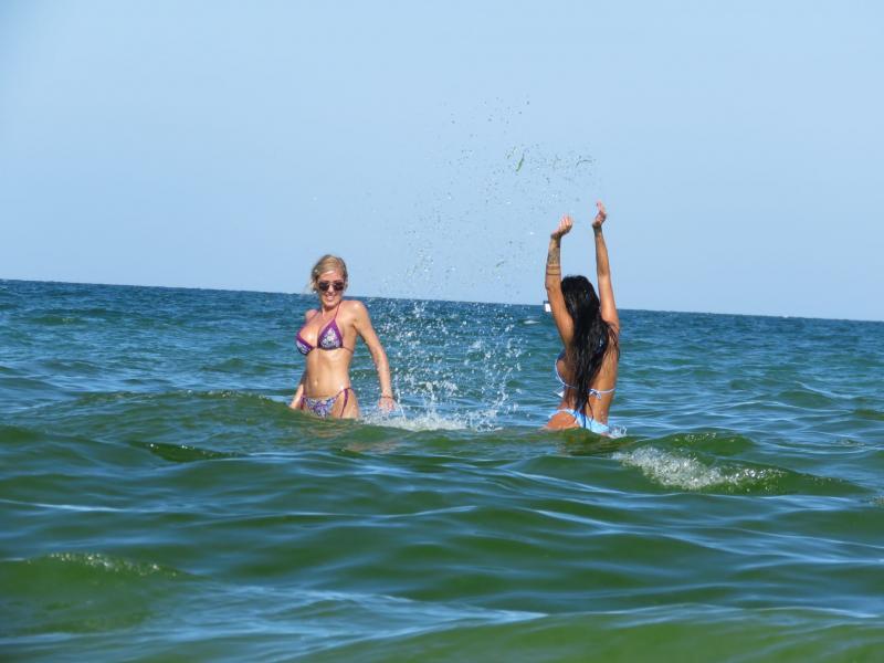 Atenție, conținut nerecomandat cardiacilor! Daniela Crudu şi sora ei, show incendiar la plajă. Filmarea care i-a adus peste 100.000 de vizualizări | Video