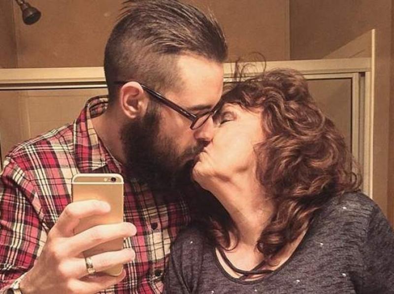 Un tânăr de 17 ani s-a căsătorit cu iubita de 71 de ani. Ce s-a întâmplat după 5 ani