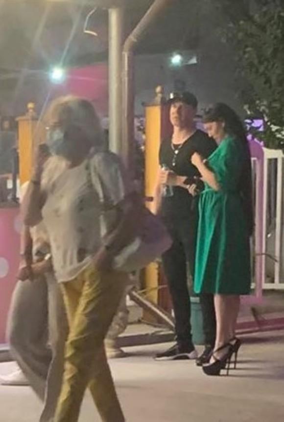 FOTO | Solistul trupei Talisman în compania unei brunete sexy! Deja a înlocuit-o pe aleasa lui?