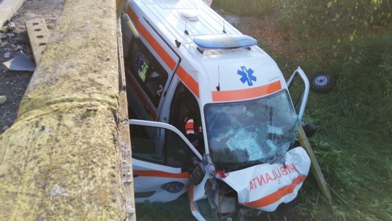 FOTO   O ambulanță în care se afla un pacient COVID s-a răsturnat pe un pod în urma unei coliziuni violente cu un alt autoturism