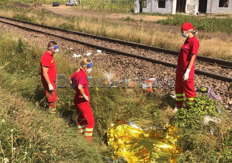 Copil de 11 ani, din Botoșani, care căra o roabă pentru a ajuta la treburile casnice, lovit de tren. Prietenii îl plâng lângă calea ferată - Video
