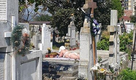 """Nu, nu e fake! O tânără a renunțat la haine și s-a bronzat pe un mormânt, în cimitirul din oraș: """"Acolo nu e coronavirus, se respectă și distanțarea socială!"""""""