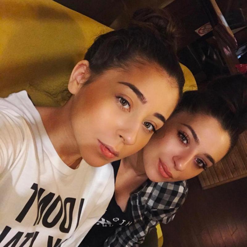 Ştiai că Nicole Cherry are o soră care îi seamănă perfect? Toată lumea crede că sunt gemene! | Foto