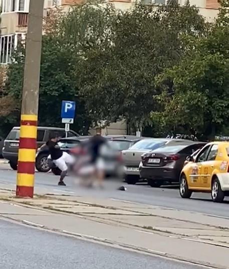 Taximetrist bătut până la inconștiență pe un bulevard central din București. Imagini cu un puternic impact emoțional