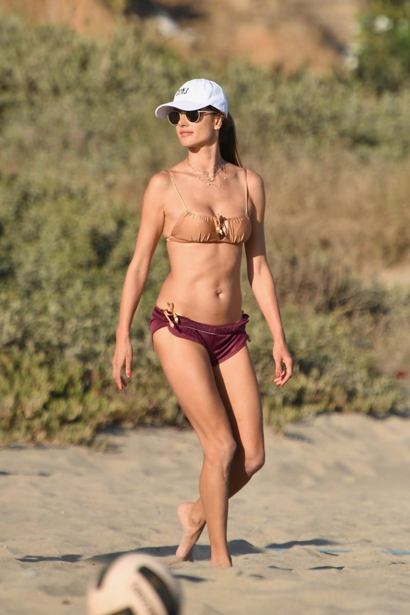 Foto | Una dintre 100 cele mai frumoase femei din lume a apărut într-un costum incendiar pe plajă! La 39 de ani, Ambrosio a sucit mințile bărbaților din întraga lume