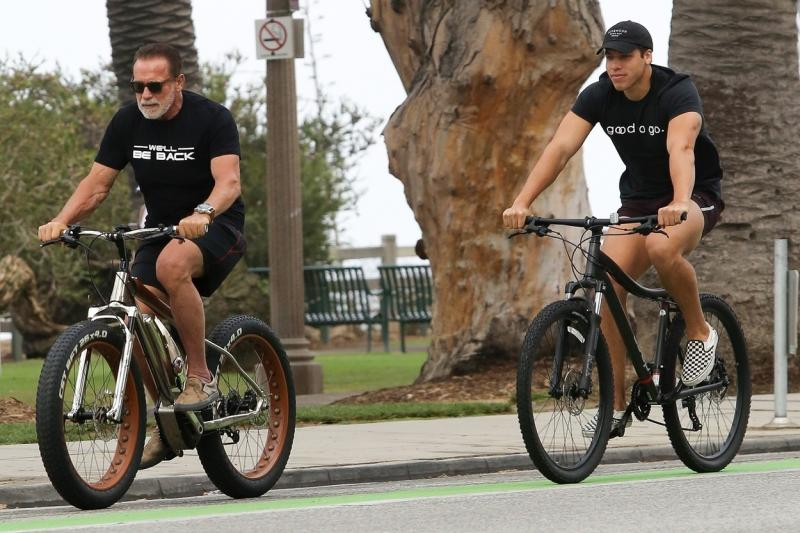 """Cum au fost surprinși Arnold Schwarzenegger și fiul lui """"din flori""""?: La 73 de ani, Terminatorul și-a arătat din nou """"armele"""", pe străzile din L.A."""