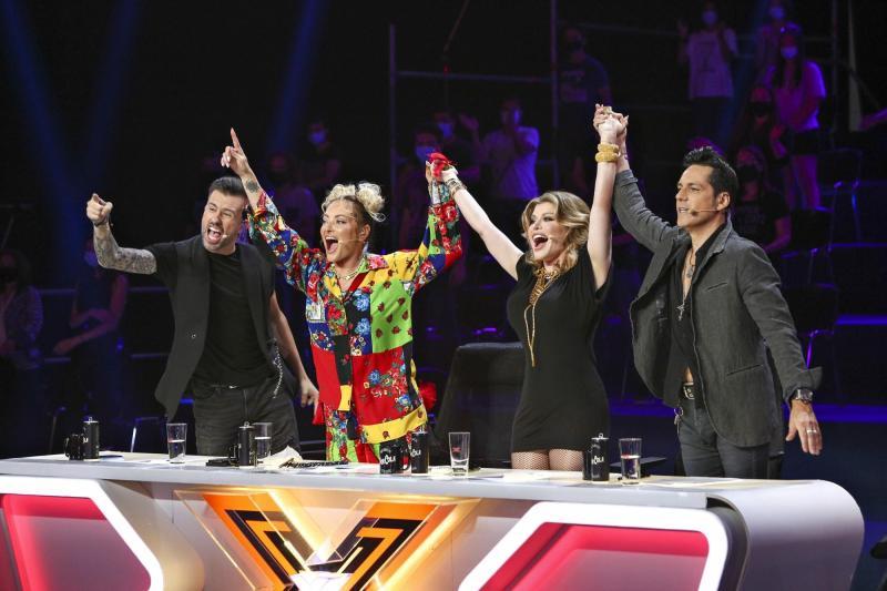 Râzi cu lacrimi! Florin Ristei și Ștefan Bănică Jr. s-au transformat în Loredana și Delia. Uite cum arată jurații de la X Factor | Foto