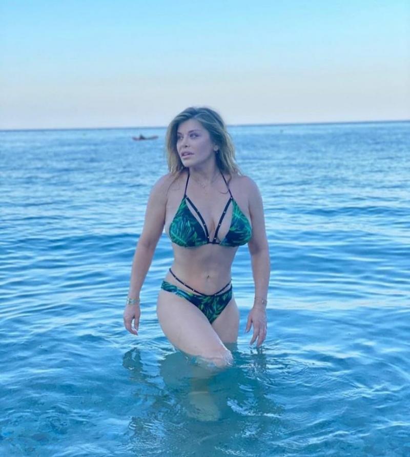 Loredana Groza, ipostaze fierbinți la mare! Diva arată demențial în costum de baie | Foto