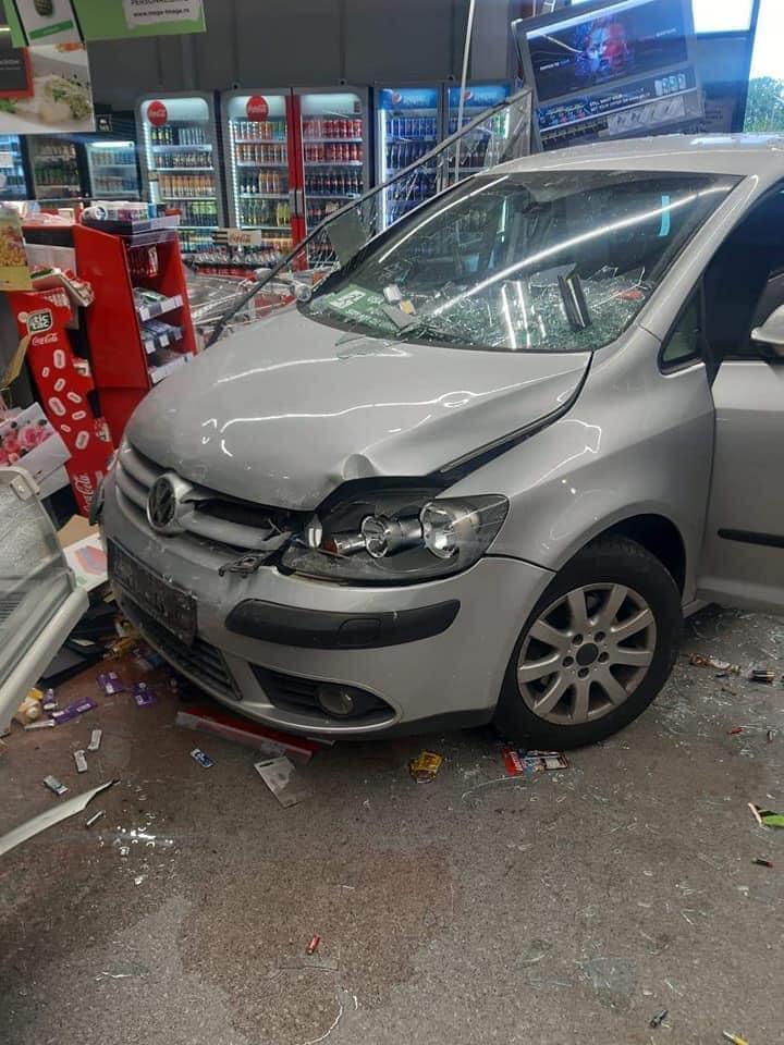 Ciolpani: O pensionară de 77 de ani a intrat cu mașina într-un magazin! Ce explicație a dat bătrâna