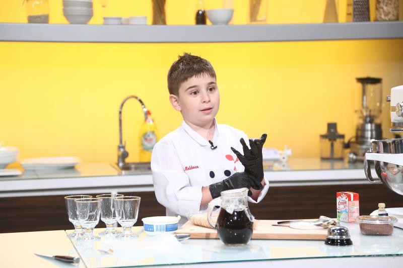 """Alex are doar 8 ani, dar a făcut magie curată la """"Chefi la cuțite""""! Ce preparat i-a adus trei cuțite"""