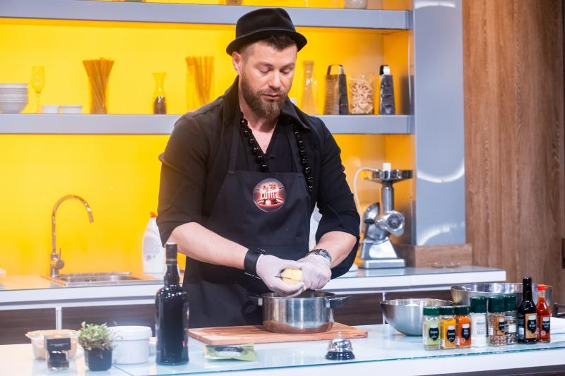 """Dentistul Iulian Juncănaru, poveste emoționantă la """"Chefi la cuțite""""! """"Ca să fac facultate munceam vara în Italia, nu m-am lăsat"""""""