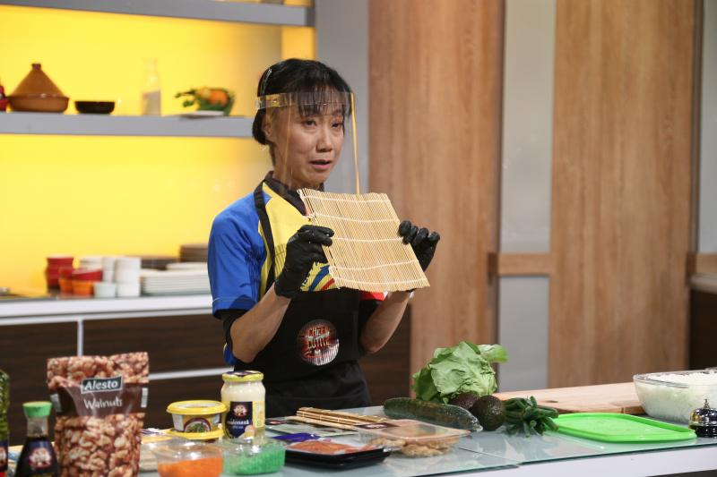 """O japoneză a făcut show la """"Chefi la cuțite! Hiroko Ogawa a alergat 420 de kilometri într-o săptămână, de la Sofia la București"""