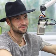 """Repetiție pentru #ForzaZU: Randi cântă """"Calc pe suflete"""" și o piesă pentru bunica lui"""
