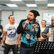 """LIVE: Smiley și Damian & Brothers cântă """"În stație la Lizeanu"""" (FOTO și VIDEO)"""