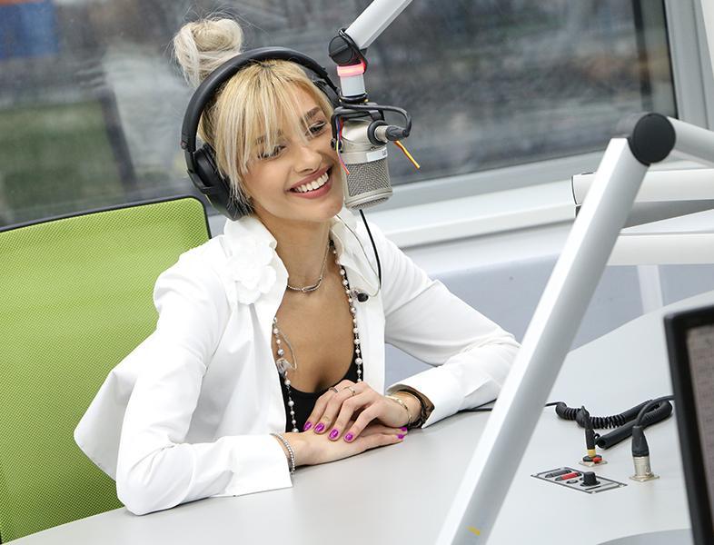 """LIVE: Alina Eremia cântă """"Poartă-mă"""" în studioul ZU"""