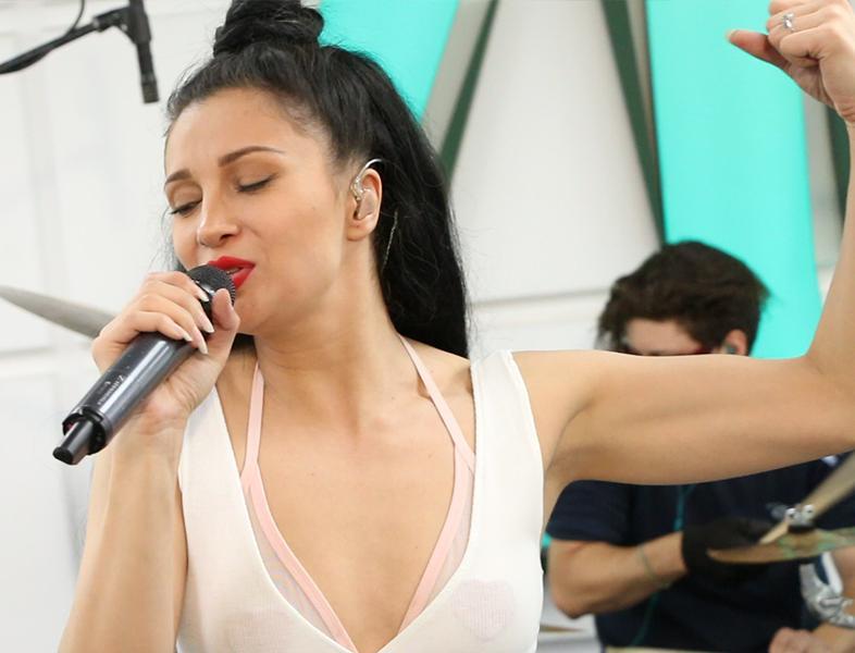 """LIVE: Lora cântă """"Valul"""" în premieră"""