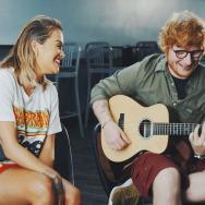 """Rita Ora și Ed Sheeran cântând """"Your Song"""" live îți vor aduce un zâmbet pe buze"""