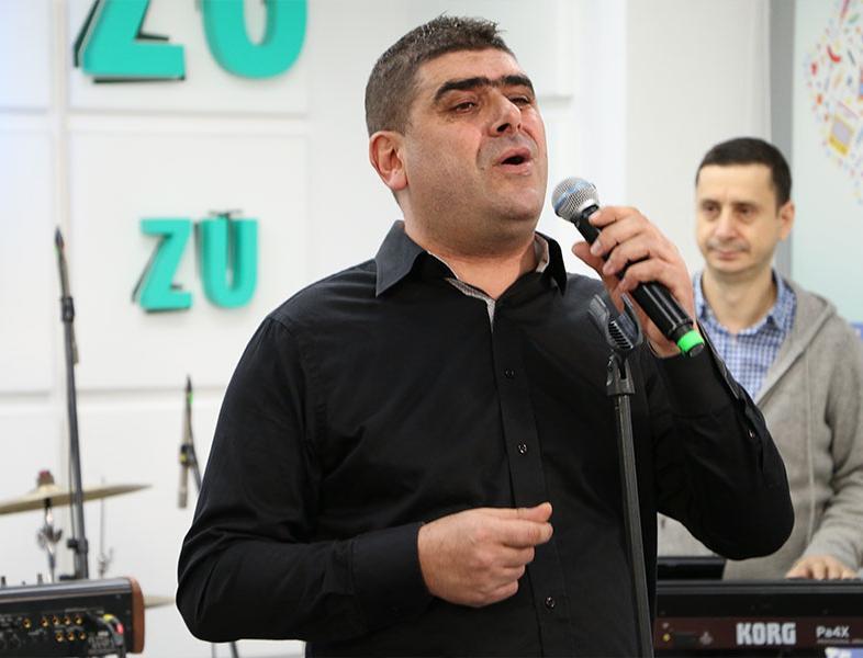 """Cei care au lansat piesa """"Un trandafir crește la firida mea"""" au cântat-o live. Pindu la Marea Unire ZU 2017"""