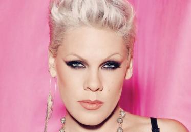 """Pink a fost desemnată de Revista People """"cel mai frumos om din lume"""""""
