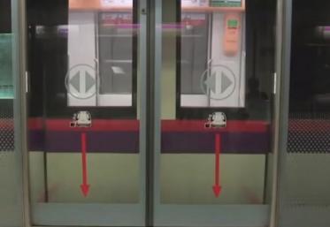 Uși de protecție la staţia de metrou Piaţa Victoriei