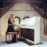 """Alina Eremia cântă la pian """"Să nu-mi iei niciodată dragostea"""""""