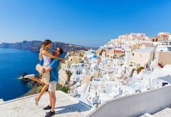 Insula Santorini s-a săturat de turiști