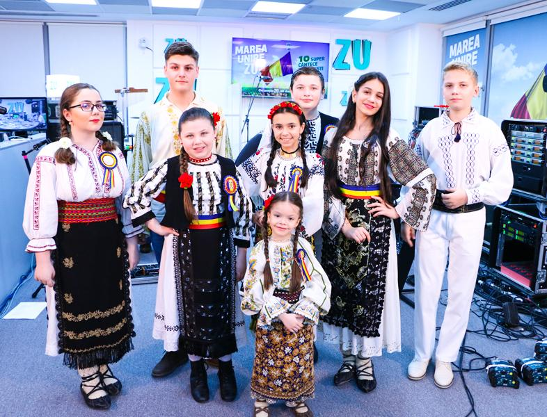 """Marea Unire ZU 2018: Grupul """"Zestrea Neamului""""  cântă LIVE Imnul național"""