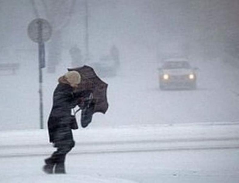 Meteorologii au revizuit alerta de ninsori și vânt puternic