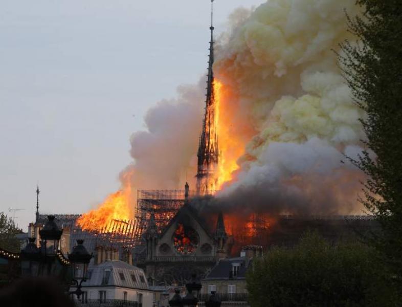 Catedrala Notre-Dame, simbol al Parisului, dar şi al întregii lumi creştine, a fost mistuită de flăcări uriaşe!