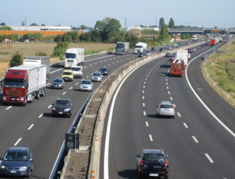 Restricții pentru camioane în perioada Paștelui și de 1 Mai