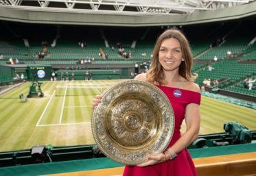 Simona Halep prezintă trofeul de la Wimbledon, pe Arena Națională